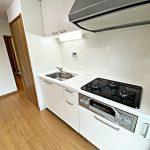 キッチンの隣に洗濯機置き場を設置(キッチン)